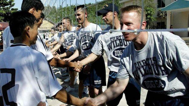 Thủy thủ USS Curtis Wilbur và bộ đội CS VN