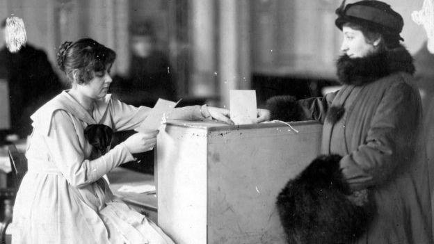 Дама голосует на выборах в учредительное собрание - 1917 год