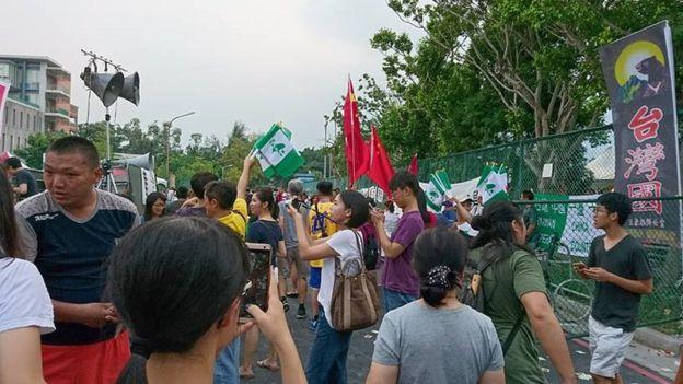 抗议当天,台大田径场外,可见台湾独立的旗帜及五星红旗。