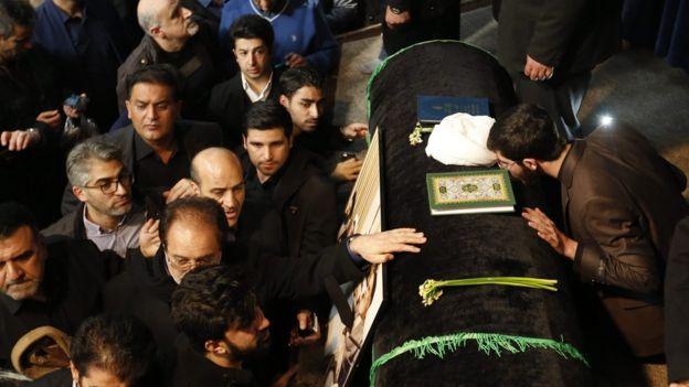 Pazartesi günü binlerce kişi Rafsancani'nin tabutuna dokunabilmek için Tahran'da cenaze töreninin yapıldığı camiyi ziyaret etti.