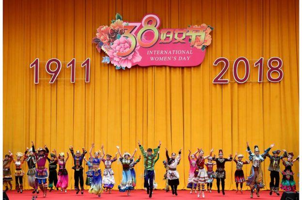 """""""三八""""國際婦女節中外婦女招待會在京舉行(圖為演員在招待會上表演集體舞)。"""