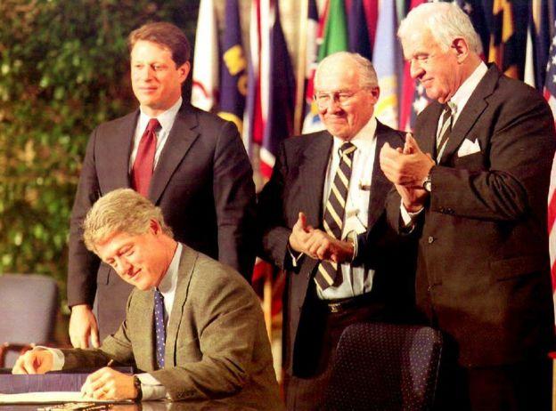 O ex-presidente Bill Clinton assina o acordo que criou o Nafta