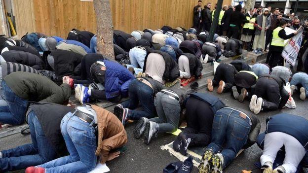 Dad Muslimiin ah oo ku tukanaya goob barxad ah