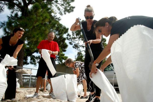 Florida'da kasırgaya hazırlananlar kum torbaları oluşturuyor.