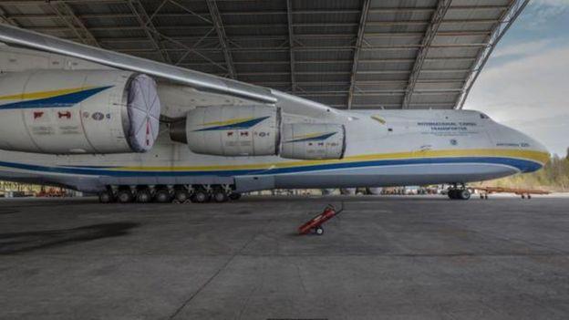أكبر طائرة في العالم Antonov An-225 Mriya في مهمة جديدة  _96032697_p051tn2p-1
