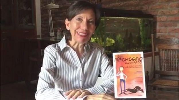Eva Lobatón junto al libro