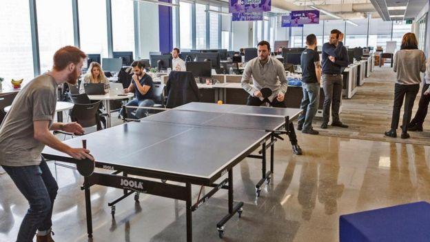 Mesa de ping pong en una oficina