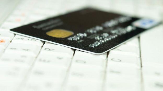 Tarjeta de crédito sobre una computadora