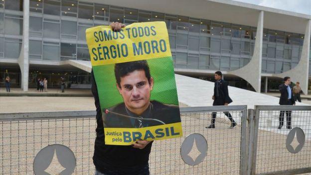Pessoa segura cartaz do juiz Sergio Moro na frente do STF