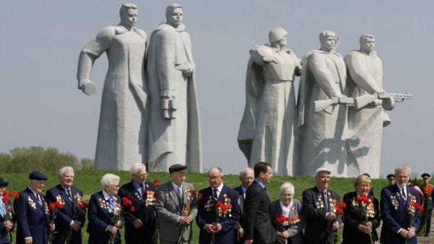 İkinci Dünya Müharibəsi veteranları Moskva yaxınlığındakı Panfilovun adamları abidəsinin yanında