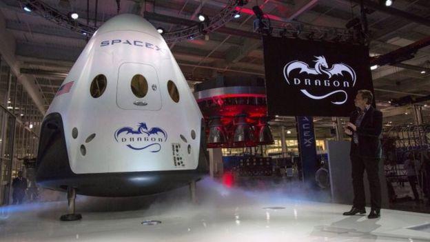 Elon Musk presenta la aeronave espacial Dragon V2