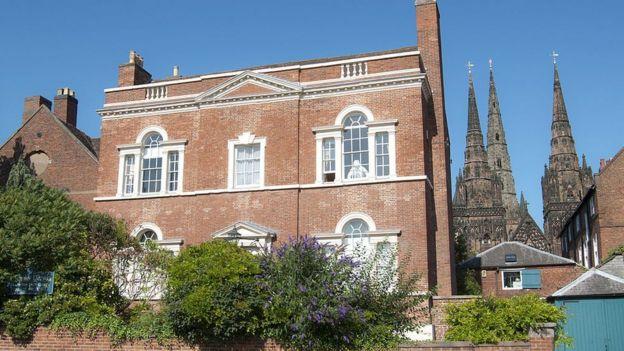 Su hogar, que ahora es un museo dedicado a su vida y obra, con la catedral en el fondo.