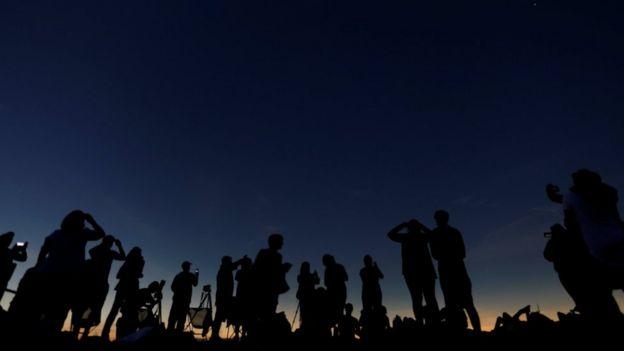 Personas en el momento en el que el eclipse se vuelve total.