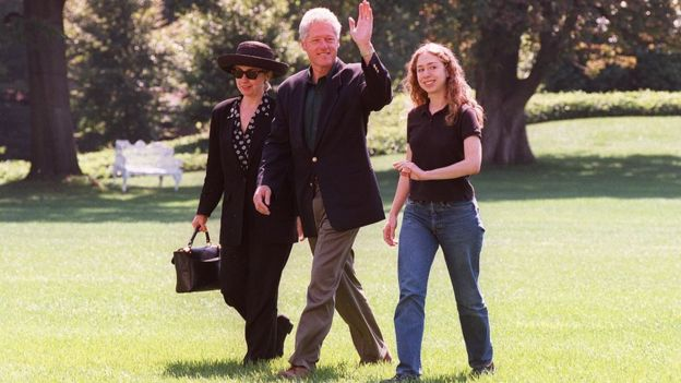 Bill Clinton, Hillary Clinton na Chelsea wakiwasili White House mjini Washington