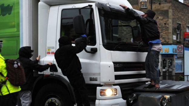 Un camión atravesó una barricada en Kingsland Road con gente aferrada a ella