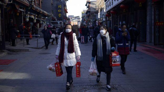 Dos mujeres con bolsas