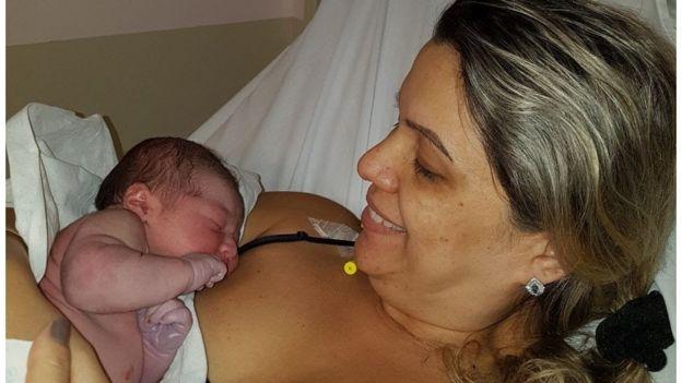 Liz e a filha, Marina, na maternidade: Brasileira lutou por parto humanizado, que não conseguiu na gravidez do primeiro filho