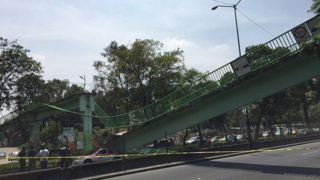 Taxi aplastado por un puente en México tras el terremoto