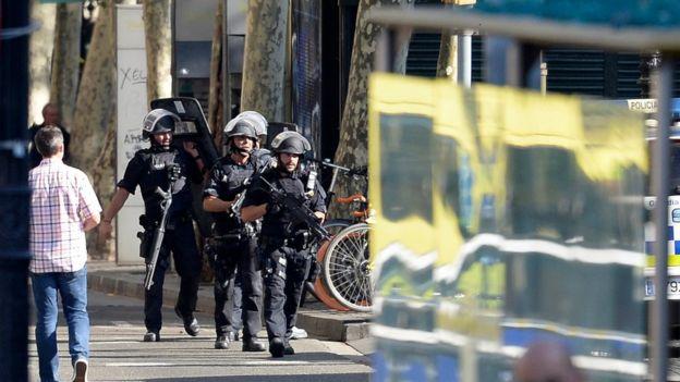 Policías con armas de grueso calibre