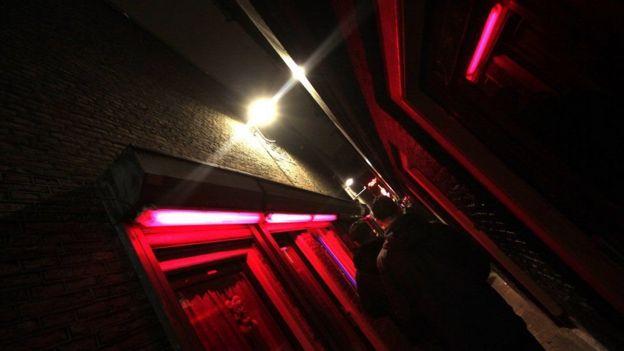 ممر بإضاءة خافتة