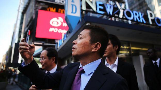 2014年,微博在納斯達克上市,CEO曹國偉在紐約時代廣場拍照
