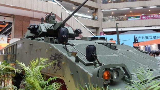 """台灣計劃以自造的""""雲豹輪型裝甲車""""作為陸軍的主要戰車,但是美國希望台灣購買美造的M1坦克車。"""