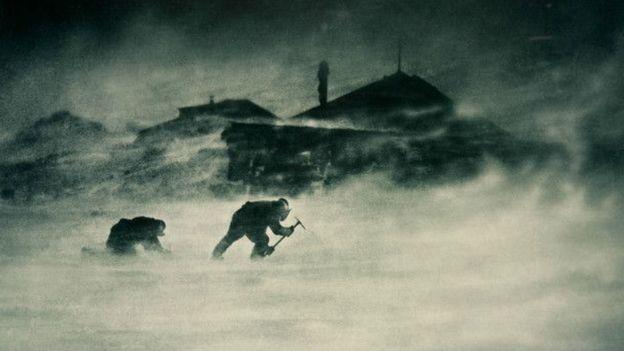 Một trận bão tuyết ở Cape Denison, phía đông Nam Cực, khoảng năm 1912