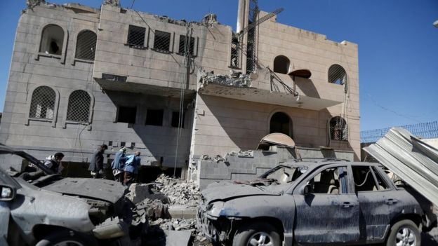 Rebels look for bodies of people killed by air strikes on a Houthi-run prison in Sanaa, Yemen (13 December 2017)