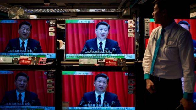 Xi Jinping en varios televisores