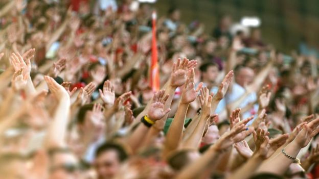 Fans con las manos levantadas