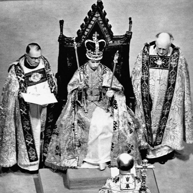 Colouring Pictures Queen Elizabeth 2 : Queen elizabeth ii 63 years in pictures bbc news