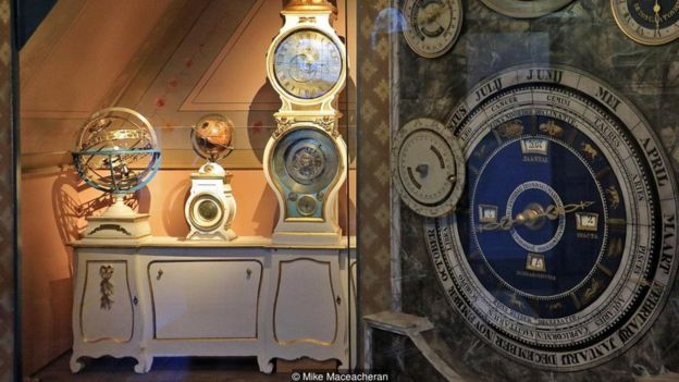 Pengunjung Planetarium Royal Eise Eisinga sering terkagum-kagum dengan ketepatannya.