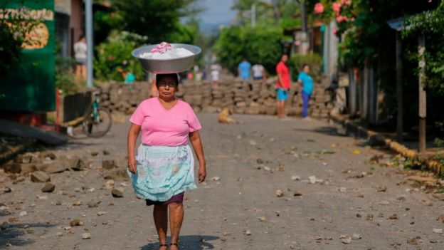 Una vendedora camina por las calles de Niquinohomo durante las protestas.