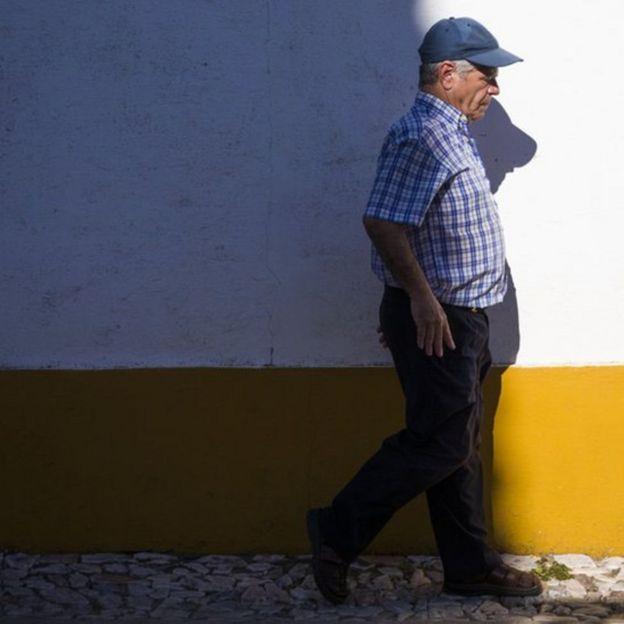 Rufino Borrego andando após 43 anos na cadeira de rodas
