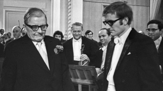 Композитор Д.Д.Шостакович отвечает на приветствия после премьеры 15-й симфонии в исполнении Большого симфонического оркестра под управлением Максима Шостаковича. 1972 год