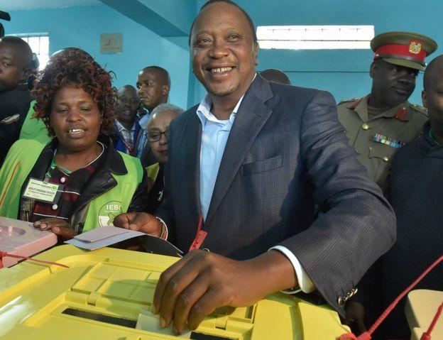 Katundu'da Başkan Uhuru Kenyatta oy kullanıyor