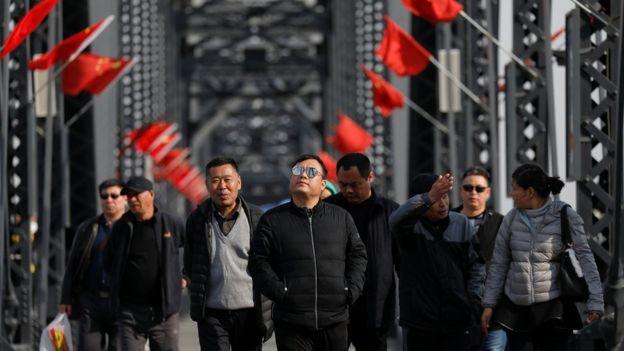 鴨綠江大橋上的中國遊客。