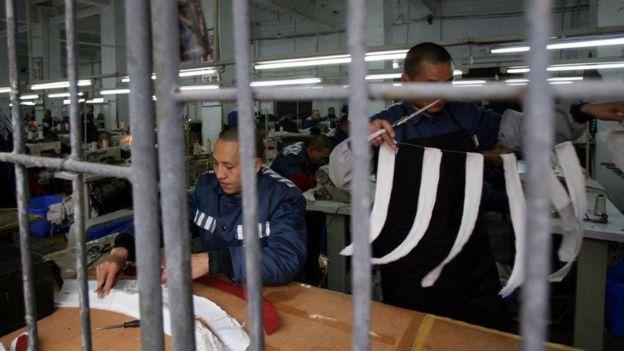 Tù nhân tại Trùng Khánh lao động trong xưởng may - hình từ năm 2008