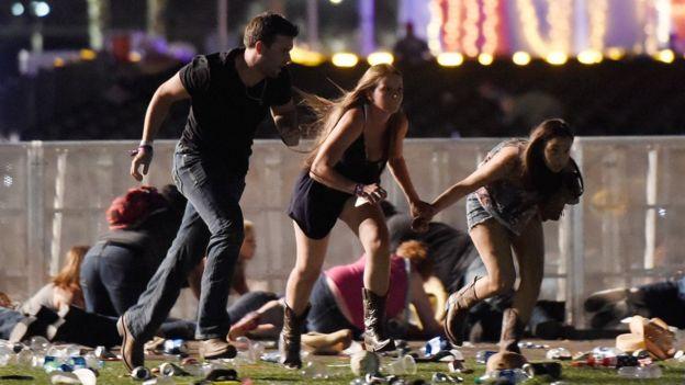 Tres personas corren tras el tiroteo en Las Vegas