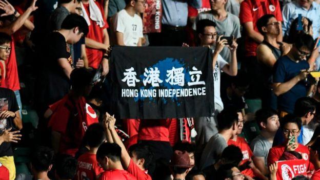 香港球場上近年多次出現「香港獨立」標語。