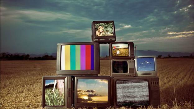 Televisones antiguas en un campo.