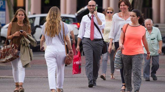 Personas anónimas caminando por Madrid.
