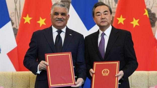 中国外长王毅与多米尼加外长巴尔加斯