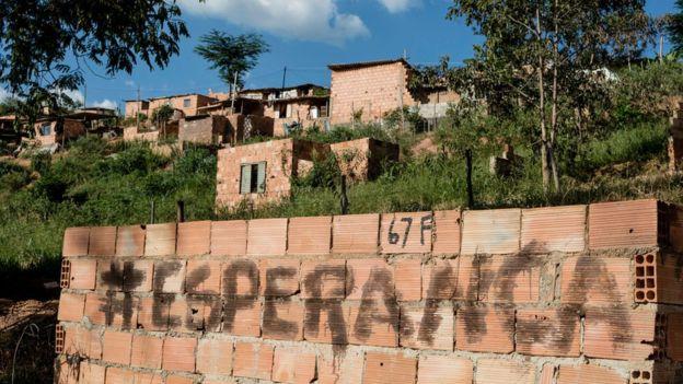 Muro com inscrição na ocupação Izidora