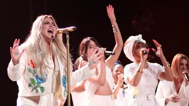 "Kesha interpreta ""Praying"""