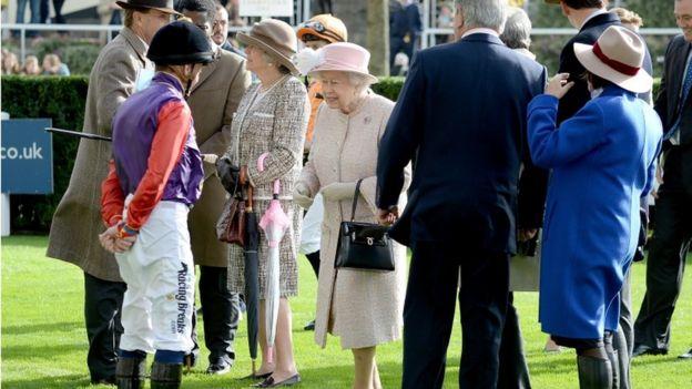 Rainha cumprimenta jóquei em Ascot