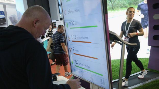 Выставка технологий, сентябрь 2015 года, Берлин. Посетители пробуют на себе возможности Fitbit.