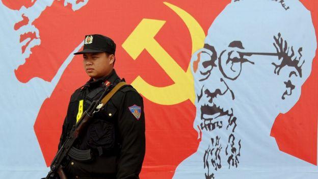 一名警衛站在胡志明畫像前