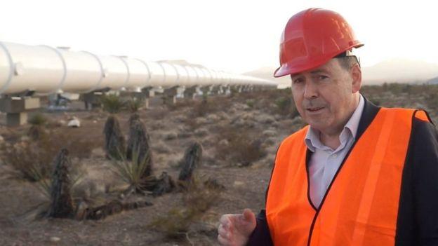 Rory Cellan-Jones, reportero de Tecnología de la BBC, en el lugar de prueba del Hyperloop One.