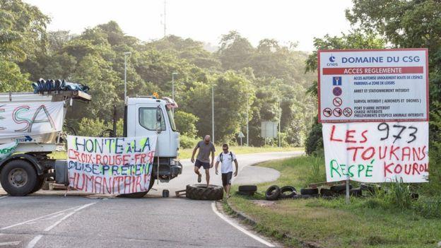 Caminhão bloqueia estrada para base de Korou